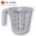 Jarra dosificadora de productos para el mantenimiento de la piscina